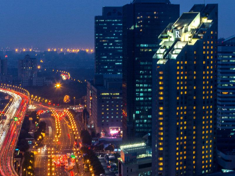 虹桥郁锦香宾馆 郁锦香品牌的酒店遍布全球51个国家,并于2017年11月在上海开设了这家旗舰酒店。上海虹桥郁锦香宾馆拥有602间现代装修风格的客房,坐落在城市的商业中心和购物区,可以让您随时去感受在虹桥的生活;同时对于那些对多元文化食物、夜生活和氛围感兴趣的客人来说也是一个明智的选择。繁华的购物中心比如尚嘉中心离酒店近在咫尺。通过上海地铁(3/4号线延安西路站、2号线娄山关路站和10号线伊犁路站)以及71路中运量公交车都可以轻松到达酒店,同时也可以使酒店的客人便捷地进入城市中心和主要景区。酒店毗邻国际贸易